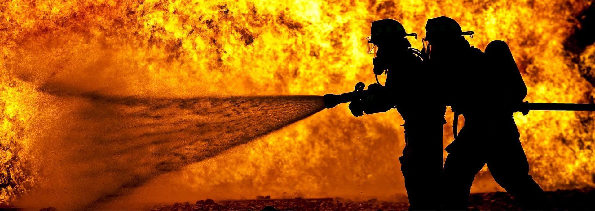 bombeiros apagando o fogo